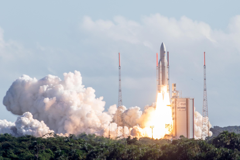 La fusée «Ariane V» décolle avec quatre satellites «Galileo» à son bord. on compte aujourd'hui 1500 satellites en orbite.