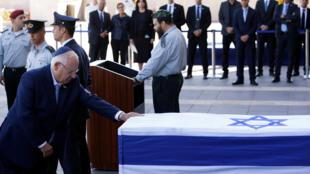 Le président israélien Reuven Rivlin devant le cercueil de son prédécesseur Shimon Peres, ce jeudi 29 septembre 2016, sur l'esplanade, devant la Knesset, à Jérusalem.