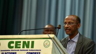 Le président de la Commission électorale nationale indépendante (Céni) des Comores, Dr. Diaza Ahmed, annonce les résultats du référendum constitutionnel, au Parlement à Moroni, le 31 juillet 2018.