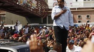 Nicolás Maduro é fotografado pouco antes de votar neste domingo, 14 de abril, em Caracas.