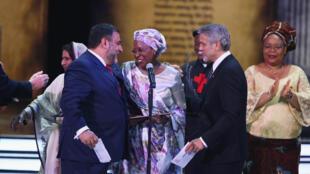 Marguerite Barankitse remercie Ruben Vardanyan (à gauche), co-fondateur du prix Aurora, après avoir reçu la récompense des mains de George Clooney, le 24 avril 2016 à Erevan.