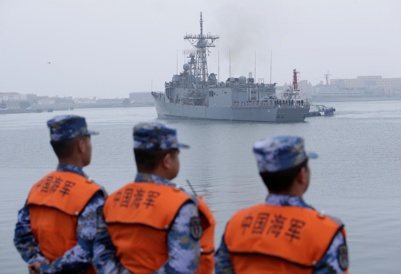 Tàu HMAS Malbourne, lớp Adelaide, của hải quân Hoàng gia Úc tới cảng Thanh Đảo, Trung Quốc, ngày 21/04/2019.