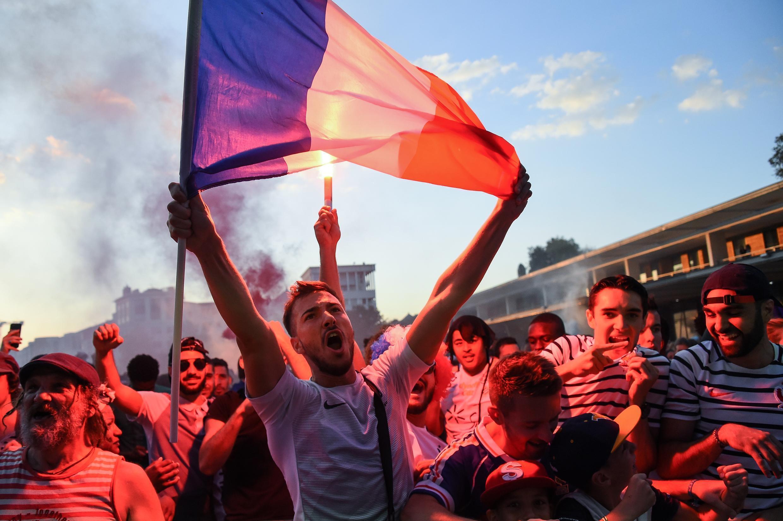 Torcedores franceses celebram vitória contra a Bélgica na semifinal.