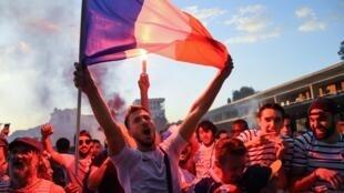 法國球迷慶祝世界盃半決賽勝利場面,2018年7月10號