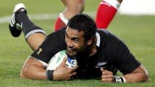 Jerome Kaino jubile dans l'en-but tongien : la Nouvelle-Zélande s'impose largement en ouverture de la Coupe du monde 2011 de rugby à XV.