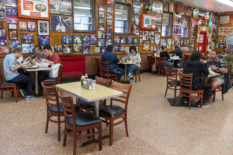 États-Unis: réouverture partielle de l'intérieur des restaurants à New York