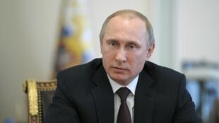 Rais wa Urusi, Vladimir Poutine (Katikati) akiahidi kuondoa wanajeshi wake kwenye mpaka wa nchi yake na Ukraine.