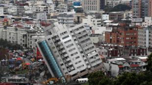 2018年2月8日台湾花莲大地震后一座楼房受损倒塌。