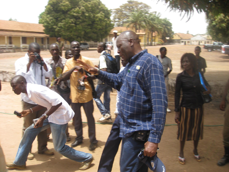 Bubu na Tchuto à saida das instalações das Nações Unidas em Bissau.