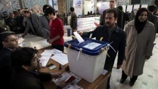 یک دفتر رای گیری در تهران در سال ۲۰۱۲