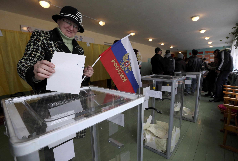Một cảnh bỏ phiếu trưng cầu dân ý ở Crimée ngày 16/03/2014. Như phụ nữ trên đây, rất nhiều người  thiên về việc sát nhập vào Nga.