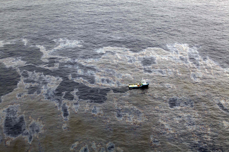Vista aérea do desastre ecológico causado pela Chevron na Bacia de Campos, no Rio de Janeiro, pelo vazamento num posto de extração petrolífera da Chevron.