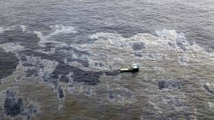 Polícia Federal indicia a empresa petrolífera americana Chevron e a Transocean pelo vazamento de petróleo no Campo de Frade, no Brasil.