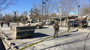 阿富汗安全人员部署在恐袭案现场附近,2017年12月28日 喀布尔