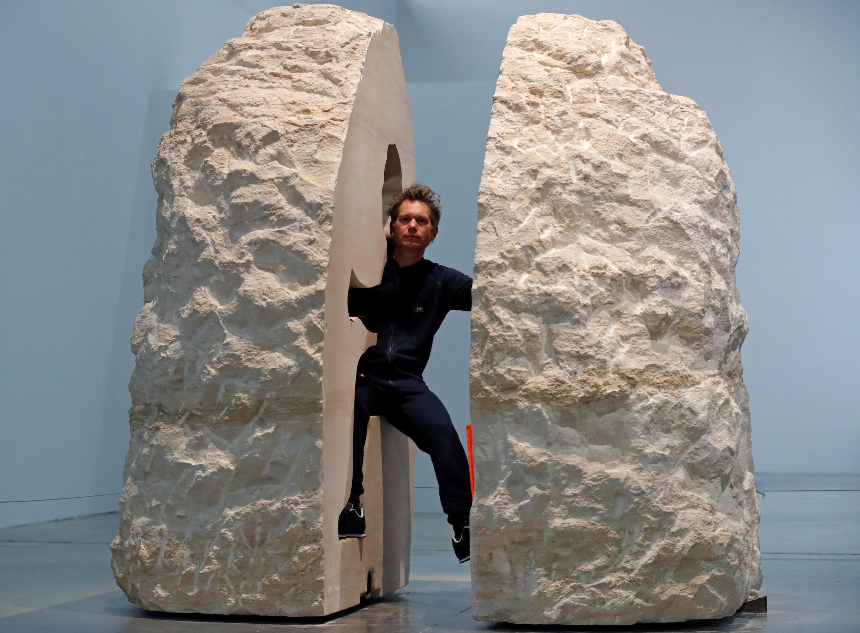 Abraham Poincheval antes de su encierro en la escultura 'Pierre' (piedra) en el Palais de Tokyo, este 22 de febrero de 2017.