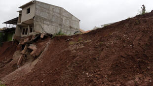 El deslizamiento de terrenos en Miraflores -afueras de Tegucigalpa-, es una de las consecuencias de las fuertes lluvias que vive Honduras y el resto de países de América Central.
