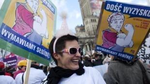 """Manifestação na Polônia em homenagem ao Dia da Mulher com cartazes """"chega de exploração, nós recusamos a opressão""""."""