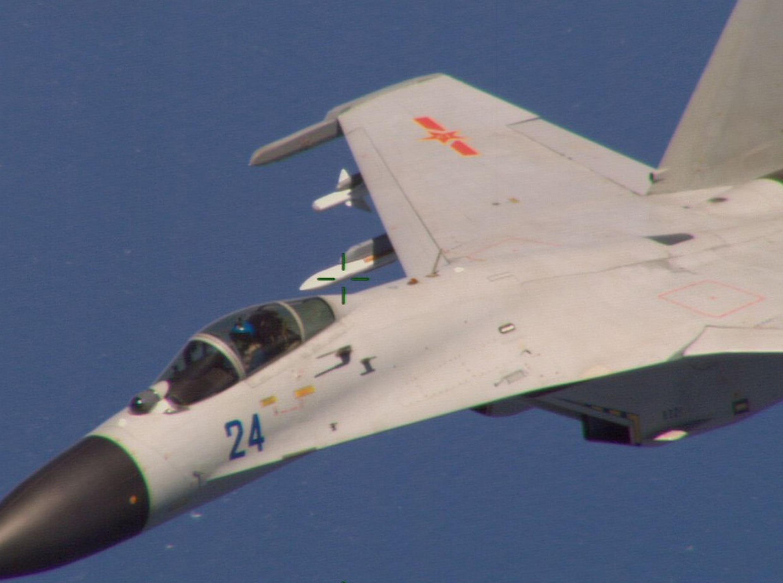Chiến đấu cơ Trung Quốc bay sát phi cơ P-8 Poseidon của Hải quân Mỹ, cách Hải Nam khoảng 215 km về phía nam. Ảnh chụp ngày 19/08/2014.