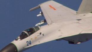 Chiến đấu cơ Trung Quốc bay sát phi cơ P-8 Posseidon của Hải quân Mỹ, cách Hải Nam khoảng 215 km về phía nam. Ảnh chụp ngày 19/08/2014. Đây là sự cố được cho là dấu hiệu về việc Trung Quốc đã thiết lập vùng nhận dạng phòng không trên Biển Đông.