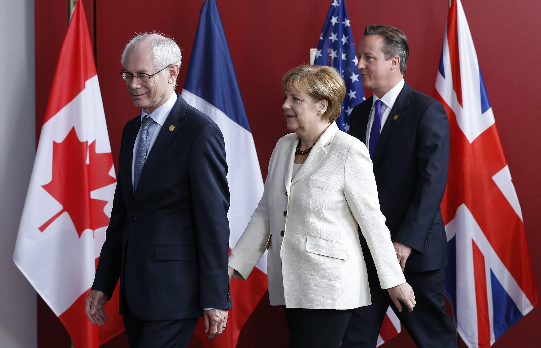 Chủ tịch Hội đồng Châu Âu Herman Van Rompuy và các nguyên thủ châu Âu chuẩn bị họp báo chung cuộc - REUTERS /Yves Herman