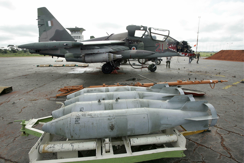 L'un des deux bombardiers Sukhoï-25  détruit par les forces françaises sur tarmac de l'aéroport de Yamoussoukro le 14 novembre 2004.