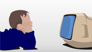 Enfant regardant la télévision.