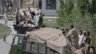Les militaires pakistanais quittent Abbottabad après l'opération américaine, le 2 mai 2011