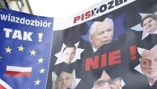 Brandissant des drapeaux aux couleurs de la Pologne et de l'Union européenne, les manifestants criaient : «Constitution!».