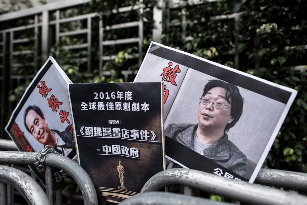 Ảnh hai người bán sách tại Hồng Kông Lữ Ba (T) và Quế Dân Hải được đặt trước Văn Phòng Liên Lạc Trung Quốc tại Hồng Kông.
