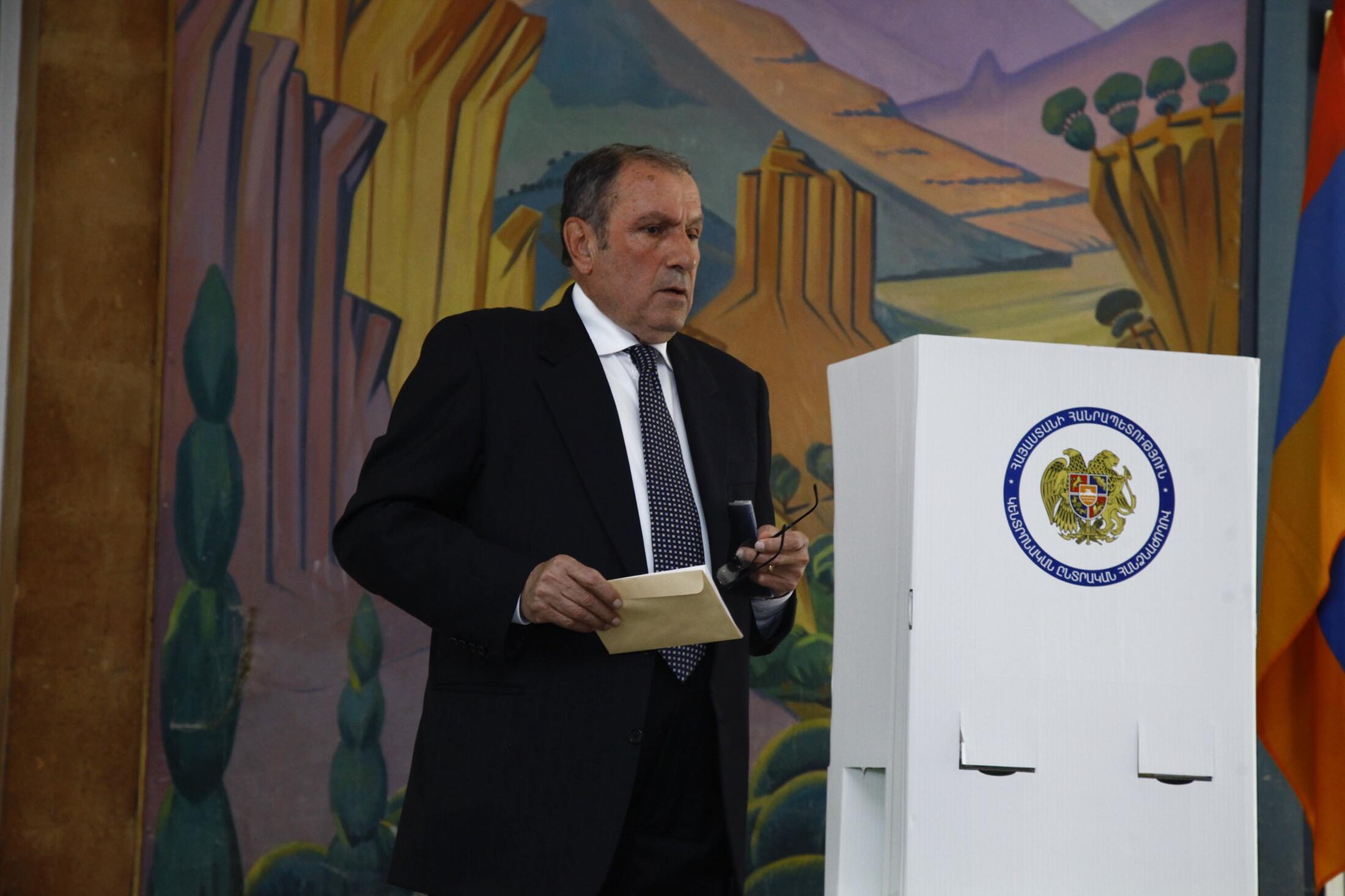 Лидер АНК, Левон Тер-Петросян на избирательном участке в Ереване 06/05/2012