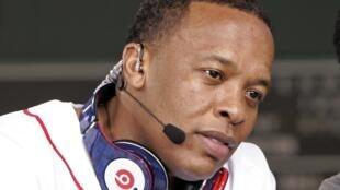 Il faut avoir ses entrées dans l'industrie musicale, et c'est ce que Tim Cook pense avoir acheté avec Beats, car ses 2 patrons, le rappeur Dr Dre (sur la photo) et surtout Jimmy Iovine deviennent des employés à plein temps de la firme de San Cuppertino.