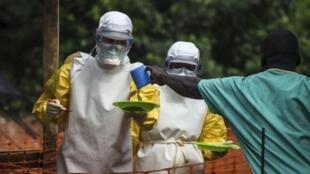 Wasu jami'an lafiya na kungiyar likitocin kasa da kasa ta Medecins sans Frontieres (MSF), yayin aiki a wata cibiyar kula da masu fama da cutar Ebola, Kailahun da ke kasar Saliyo.