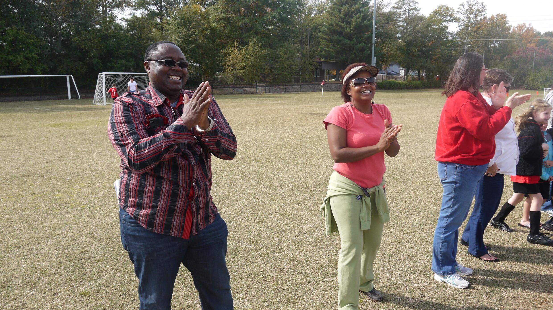 Sam Nyambi et son épouse Nicole encouragent Malaika et Alexie, leurs deux filles inscrites au football.