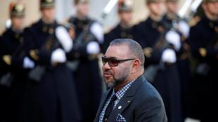 El rey de Marruecos, Mohammed VI, bajo quién se aprobó una ley que prohíbe la contratación de menores de edad para ejercer labores domésticas, en visita en París, Francia, el 12 de diciembre de 2017.