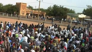 Manifestation à Gao, le 30 mai 2013. Les participants exigeaient de la France et de la transition malienne qu'elles récupèrent la ville de Kidal, laissée aux mains du MNLA par l'armée française lors de la reconquête du début d'année.