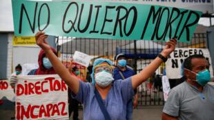 Nhân viên y tế biểu tình bên ngoài bệnh viện Hipolito Unanue, phản đối tình trạng thiếu phương tiện bảo hộ y tế, Lima, Peru, ngày 04/05/2020