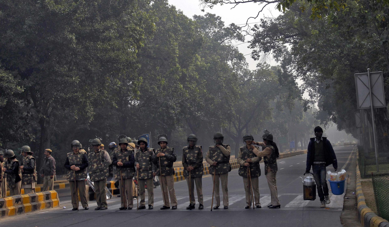 Cảnh sát Ấn kiểm soát các trục lộ chính dẫn vào trung tâm New Delhi (REUTERS)