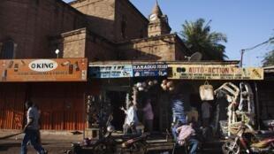 Devant un magasin dans une rue de Bamako, le 12 février 2013.