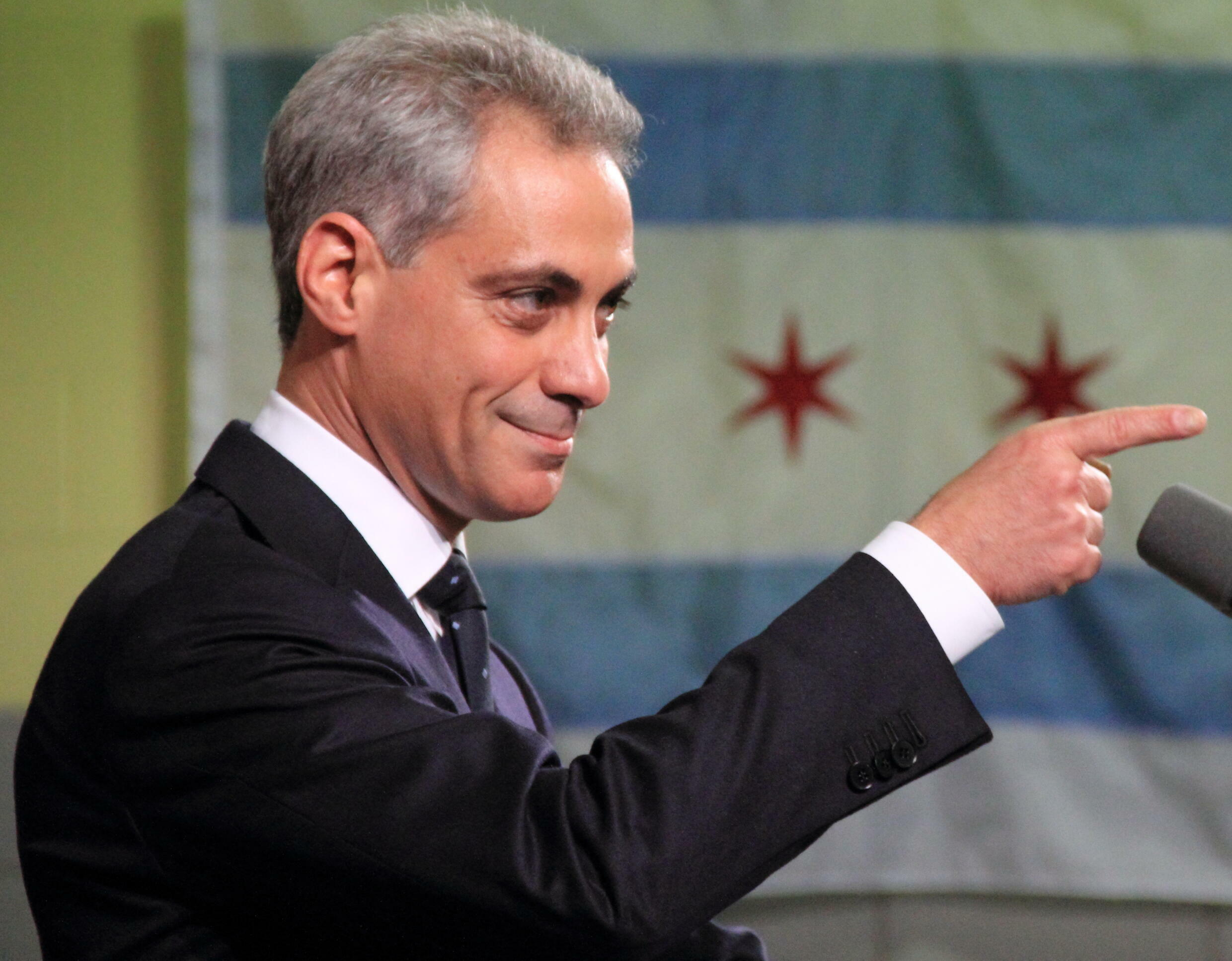 Rahm_Emanuel,_Pointing,_With_Chicago_Flag_in_Background_(cropped)