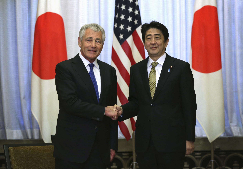 Thủ tướng Nhật Bản Shinzo Abe (P) tiếp Bộ trưởng Quốc phòng Mỹ Chuck Hagel tại dinh Thủ tướng ở Tokyo, ngày 05/04/2014.