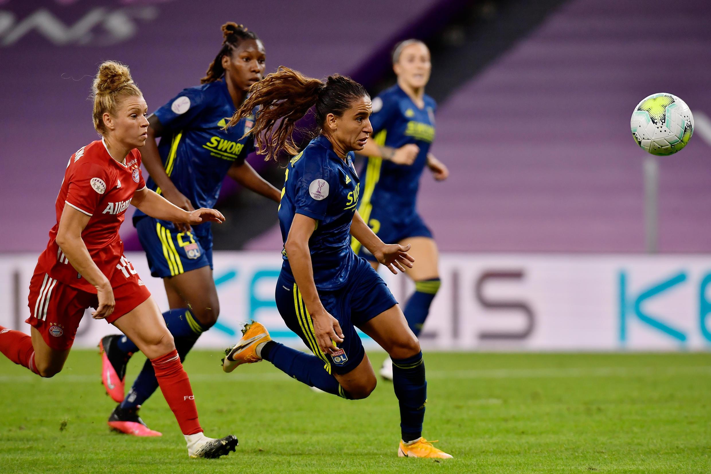 La Lyonnaise Amel Majri (d) contre le Bayern Munich en quart de finale de Ligue des champions dames, le 22 août 2020 à Bilbao (Espagne)