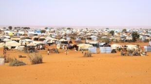 Les enfants soldats qui ont aujourd'hui quitté le Mouvement Arabe de l'Azawad et  se retrouvent  dans le camp de Mbera (Photo) en Mauritanie  sont nombreux. Ils sont  déscolarisés et parfois radicalisés.