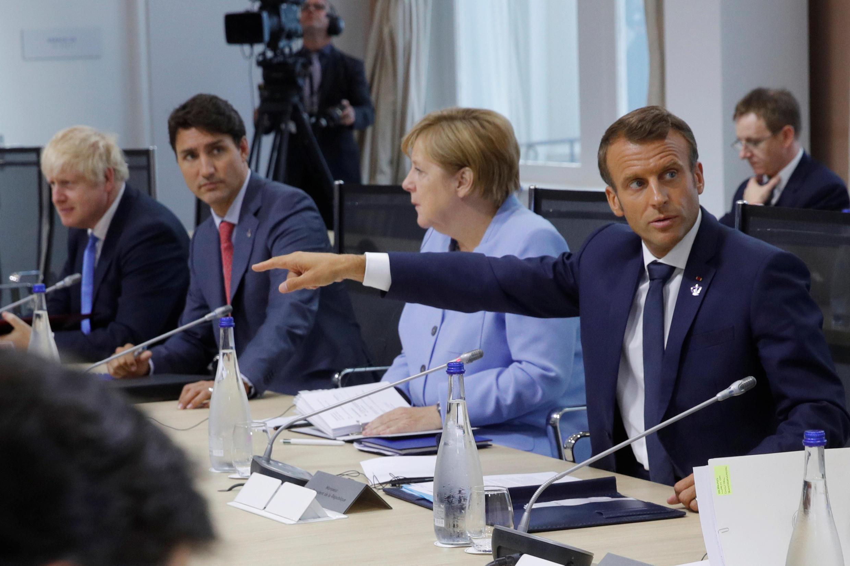 Le président français Emmanuel Macron, avec la chancelière allemande Angela Merkel ; Justin Trudeau, Premier ministre canadien, et Boris Johnson, Premier ministre britannique, lors du G7 à Biarritz, ce lundi 26 août 2019.