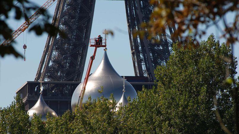 Водружение куполов на русскую православную церковь в Париже