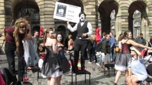 Parade de rue d'un spectacle du Fringe, High Street, Edimbourg.