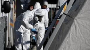 Des agents désinfectent des tentes d'accueil d'urgence à l'hôpital Henri-Mondor de Créteil, près de Paris, le 30 mars 2020.