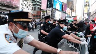 La policía interviene después de enfrentamientos entre pro palestinos e israelíes al margen de una manifestación en Nueva York, 20 de mayo de 2021