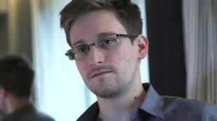Edward Snowden អតីតបុគ្គលិកទីភ្នាក់ងារចារកិច្ចអាមេរិក (NSA) ដែលបានបញ្ចេញព័ត៌មានសម្ងាត់ ស្តីពីសកម្មភាពលួចស្តាប់ការសន្ទនា ឬលួចយកទិន្នន័យឯកជន នៅជុំវិញពិភពលោក