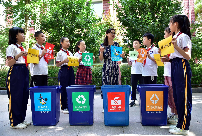 Des enfants chinois de la province du Hebei apprennent les pratiques du recyclage, lors de la journée mondiale de l'environnement, le 5 juin 2020.