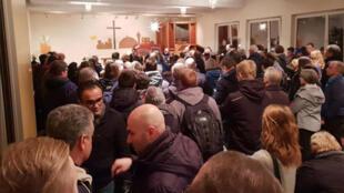 اجتماع اعضای کلیسایی که جوان ایرانی در آن پناه گرفته، برای جلوگیری از ورود مأموران پلیس به داخل کلیسا. دوشنبه ۱٧ دی/ ٧ ژانویه ٢٠۱٩